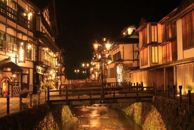 しろがね橋から見る銀山温泉街の大正ロマン散歩